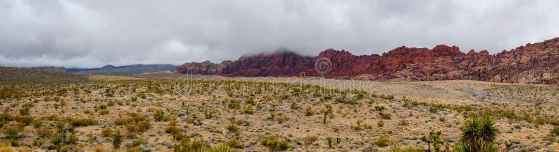 Paisagem da opinião do panorama do parque nacional da garganta vermelha da rocha no dia nevoento em nevada, EUA fotos de stock royalty free