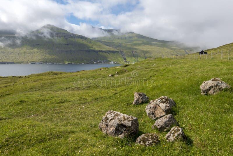 Paisagem da pastagem na região de Sunda Kommuna de Ilhas Faroé imagens de stock