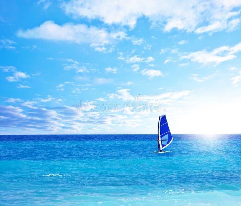 Paisagem da praia com jogo do windsurfer fotografia de stock royalty free