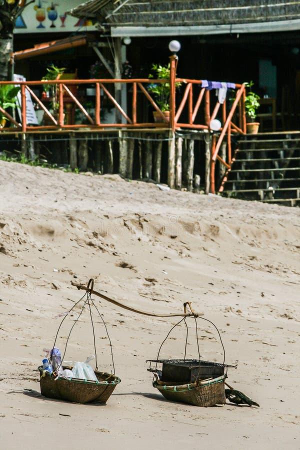 Paisagem da praia em Phuket Uma construção de madeira velha na praia fotografia de stock