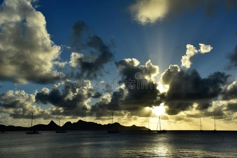 Paisagem da praia tropical da ilha do paraíso, tiro do nascer do sol imagem de stock