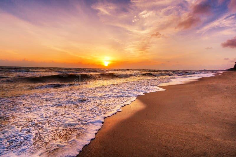 Paisagem da praia tropical da ilha do paraíso, tiro do nascer do sol foto de stock royalty free