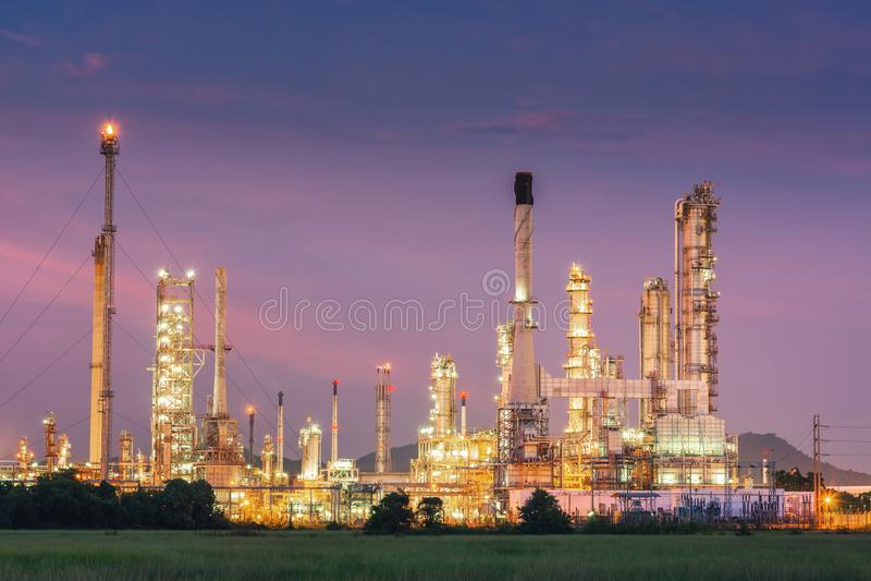 Paisagem da usina de refinaria de petróleo e gás , Construções petroquímicas ou químicas do processo de destilação , Fábrica de fotos de stock