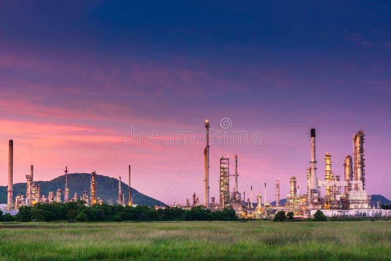 Paisagem da usina de refinaria de petróleo e gás , Construções petroquímicas ou químicas do processo de destilação , Fábrica de fotografia de stock royalty free