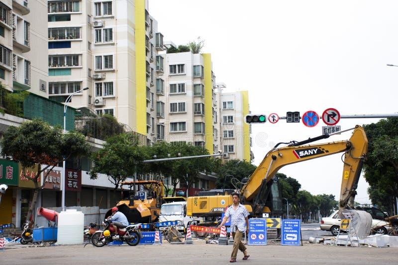 Paisagem da vista e arquitetura da cidade de Shantou e de povo chinês que trabalham e para reparar a superfície da estrada no can fotografia de stock