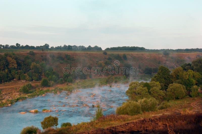 Paisagem das árvores, rios, montanhas, vale imagem de stock