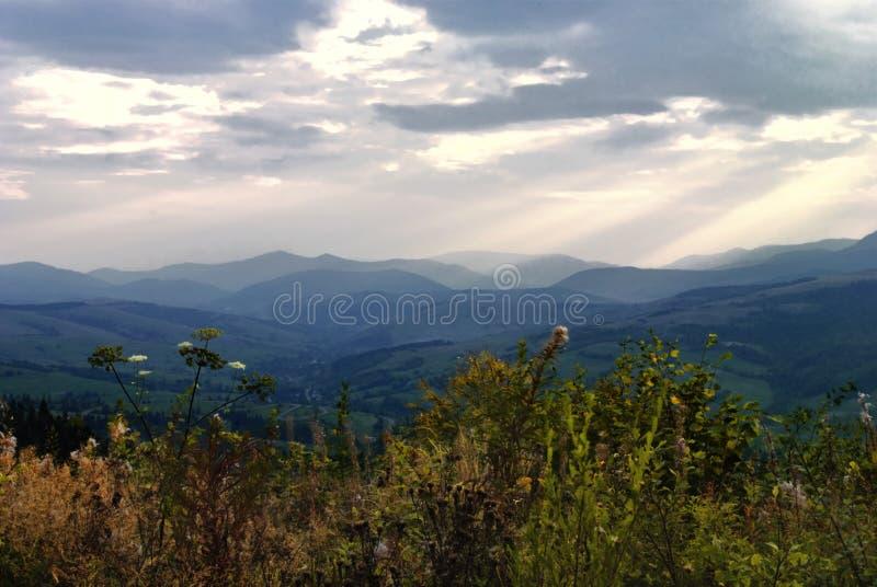 Download Paisagem das montanhas imagem de stock. Imagem de vila - 12810923