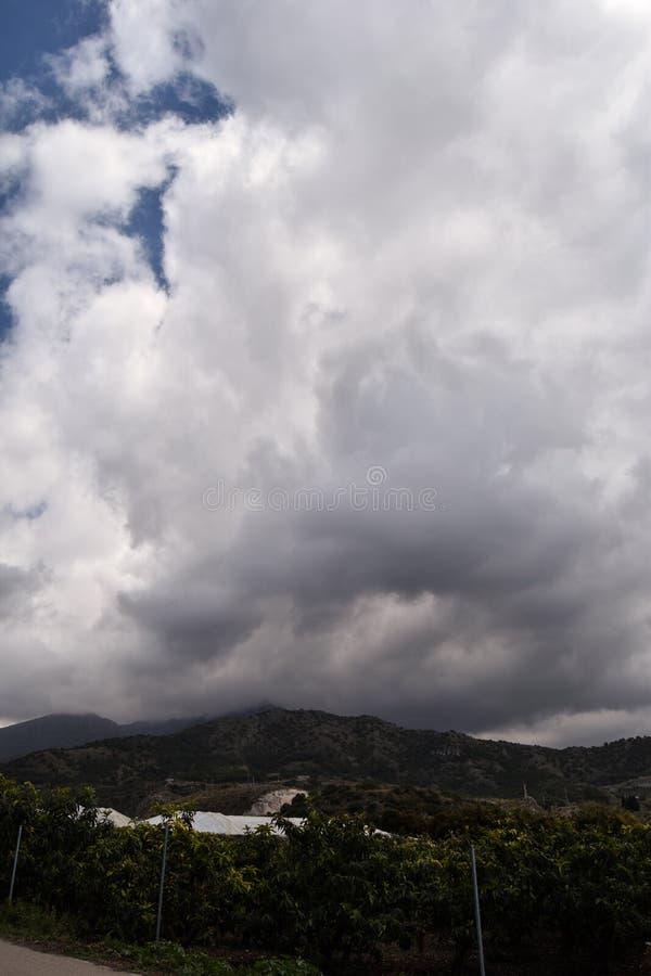 Paisagem das montanhas com céu nebuloso fotografia de stock royalty free