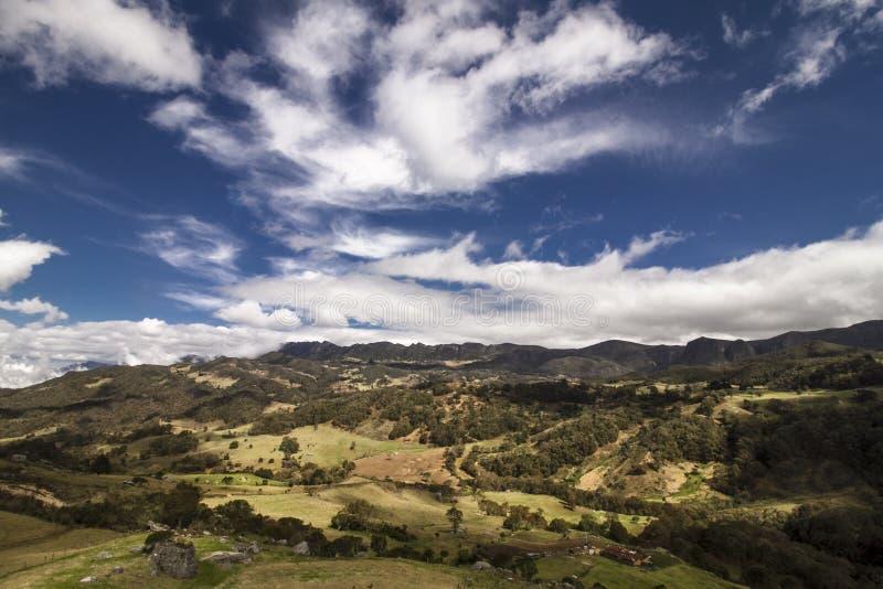 Paisagem das montanhas com um céu azul fotos de stock royalty free