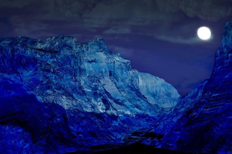 Paisagem das montanhas da noite com lua do tolo foto de stock