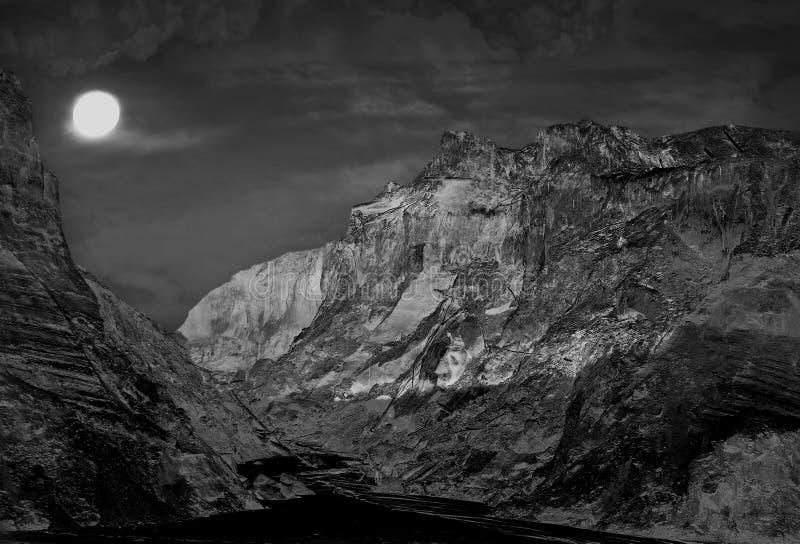 Paisagem das montanhas da noite com lua do tolo imagem monocromática imagem de stock royalty free