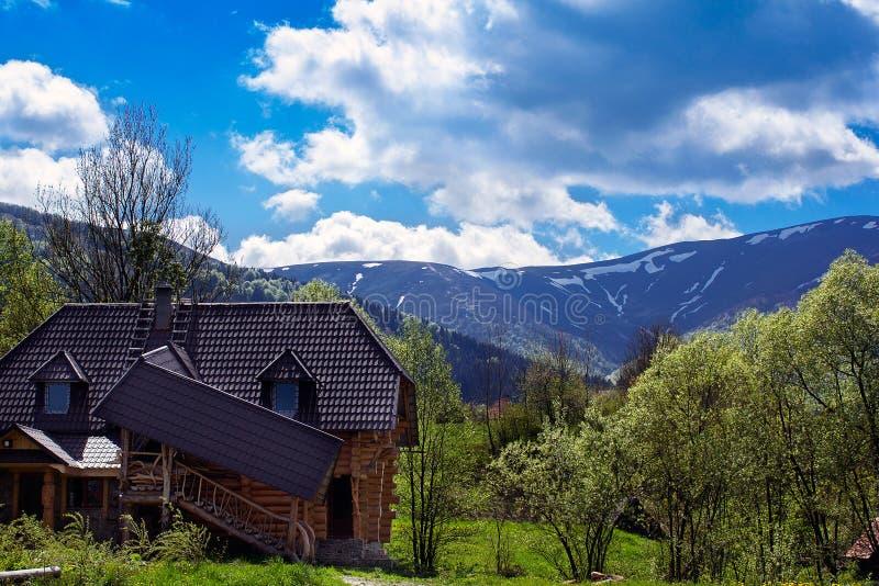 Paisagem das montanhas e da vida suburbana foto de stock royalty free