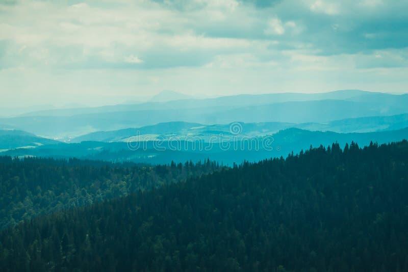 Paisagem das montanhas encobertas na névoa imagem de stock