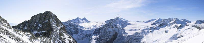 Paisagem das montanhas no inverno com céu azul bandeira imagem de stock
