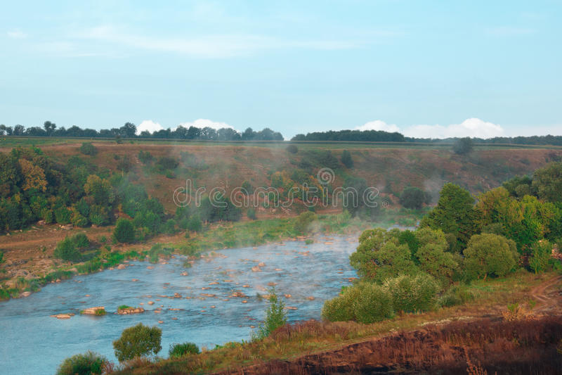 Paisagem de árvores verdes, de rios azuis, de montanhas, de vale e de mis fotos de stock