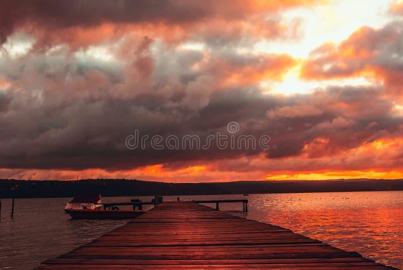 Paisagem de ardência bonita do por do sol no lago Varna perto do preto imagem de stock royalty free