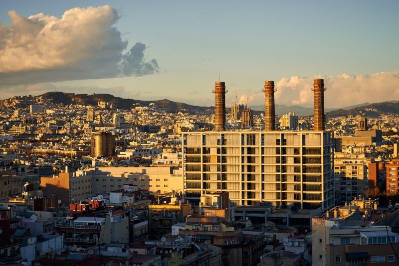 Paisagem de Barcelona com construção industrial revitalizada imagem de stock royalty free