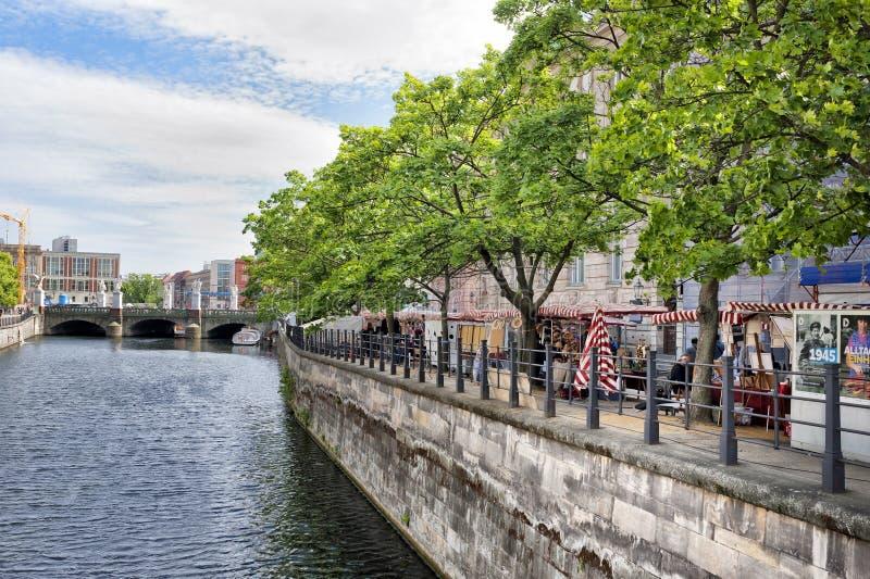 Paisagem de Berlim ao longo do rio fotografia de stock royalty free