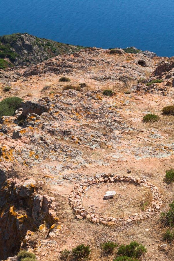 Paisagem de Córsega com ruínas de pedra redondas fotos de stock