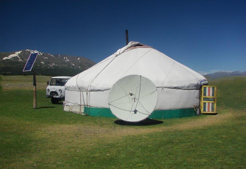 Paisagem de casas nómadas tradicionais do yurt para Mongolians ocidentais no estepe com o céu azul bonito fotografia de stock