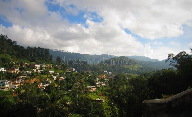 Paisagem de Cityview em Bandarawela com montanhas e nuvens foto de stock royalty free