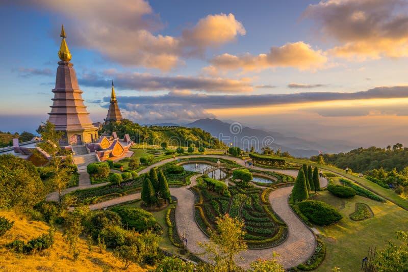 Paisagem de dois pagodes em uma montanha de Inthanon, Tailândia imagem de stock