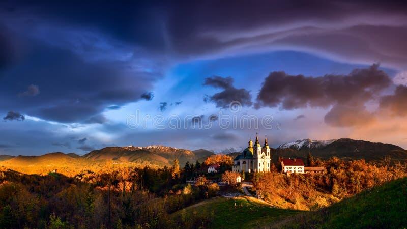 Paisagem de Eslovênia, natureza, cena do outono, natureza, cachoeira, montanhas fotografia de stock