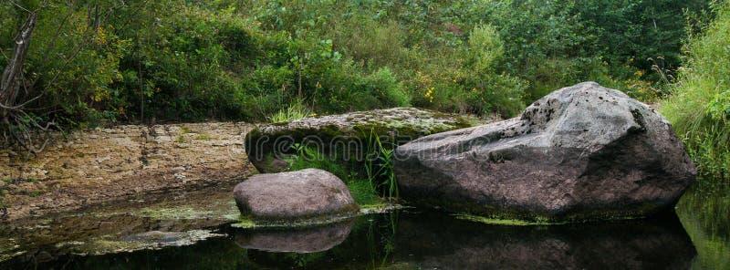 Paisagem de grandes pedras no rio médio fotos de stock royalty free