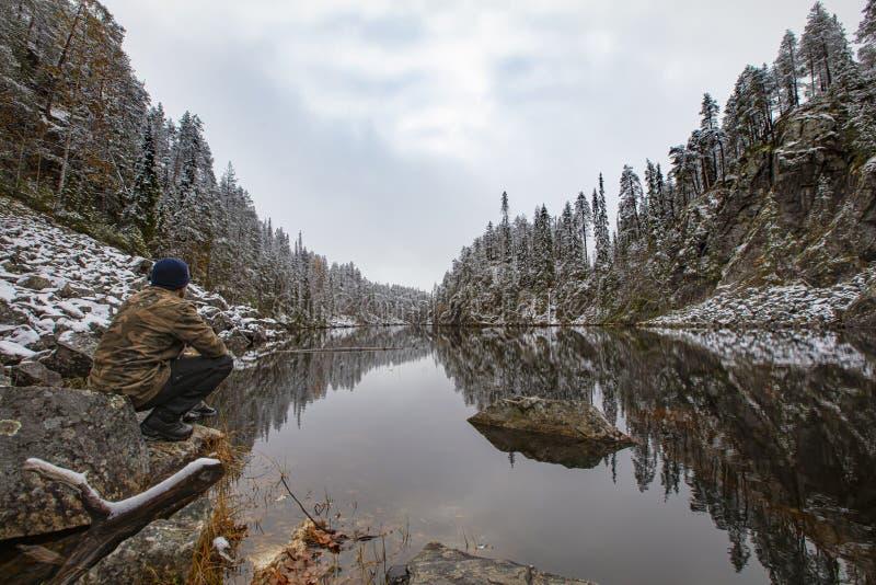 Paisagem de inverno bonita e robusta na Finlândia A foto foi tirada no Parque Nacional de Oulanka, Kuusamo fotografia de stock royalty free
