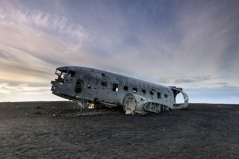 Paisagem de Islândia com DC-3 deixado de funcionar imagem de stock