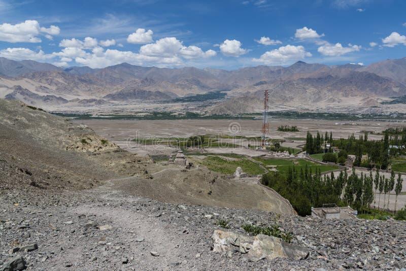Paisagem de Ladakh que mostra o pagamento humano e montanhas Himalaias no fundo fotos de stock