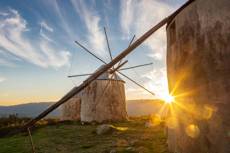 Paisagem de moinhos de vento de pedra portugueses com por do sol Starburst imagens de stock