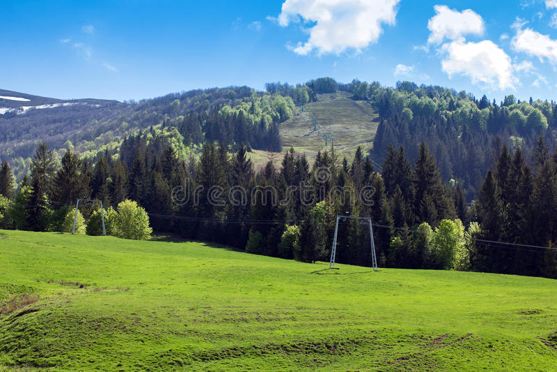 Paisagem de montanhas de Carpathians com elevador de esqui imagens de stock royalty free