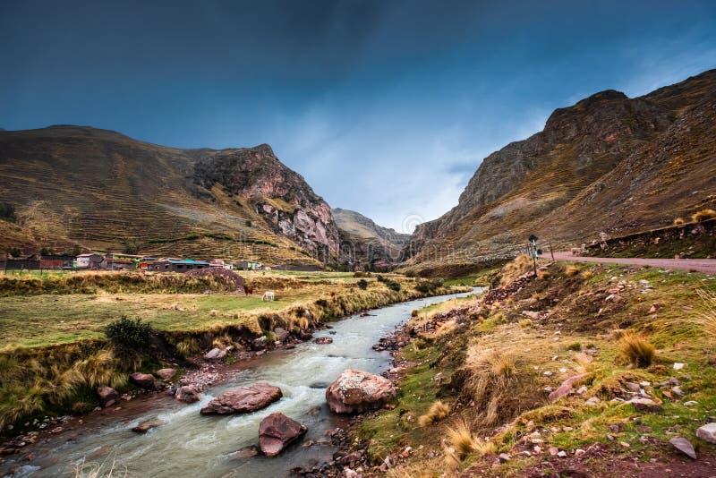 Paisagem de montanhas e do rio peruanos rochosos fotografia de stock royalty free