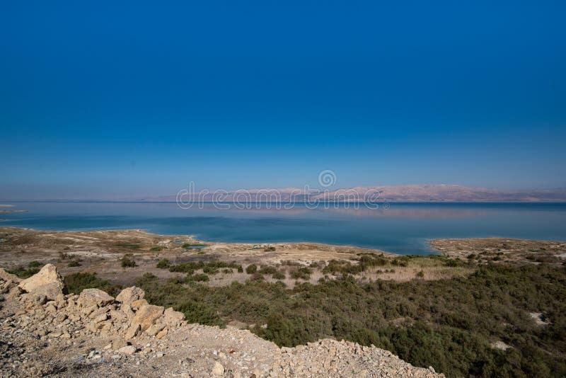 Paisagem de montanhas de Jordânia através do Mar Morto de Israel fotos de stock