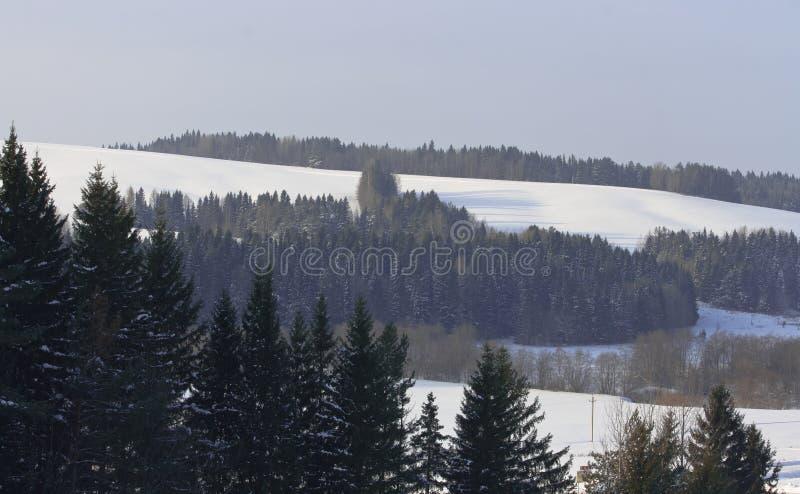 Paisagem de montes snow-covered imagem de stock royalty free