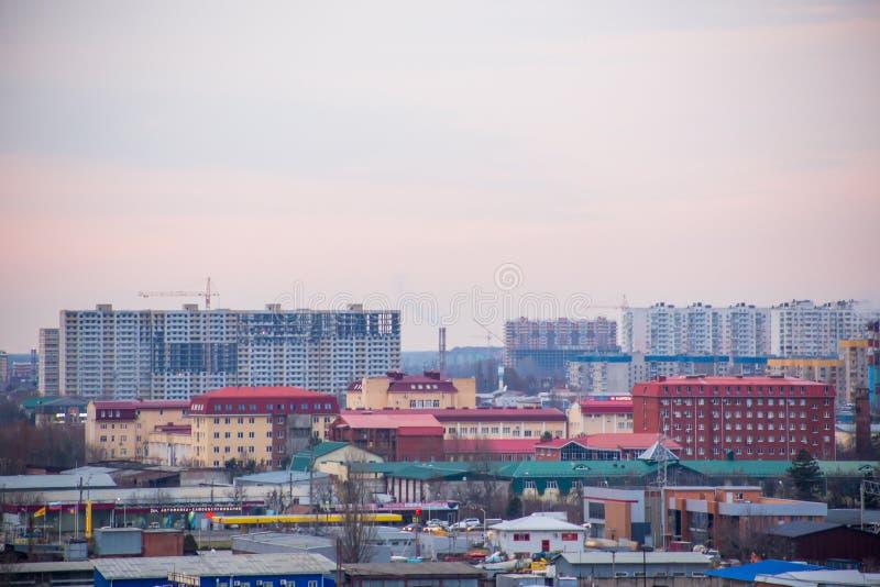 Paisagem de nivelar a cidade com prédios sob a construção, as fábricas e as tubulações de que há fumo imagens de stock royalty free