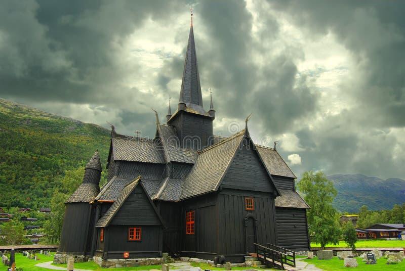 Paisagem de Noruega do outono com stavkirke imagens de stock royalty free