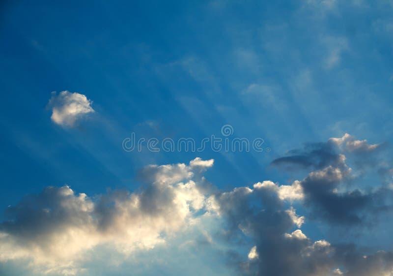Paisagem de nuvens dramáticas do céu nos raios da luz do nascer do sol, fundo bonito da natureza foto de stock royalty free