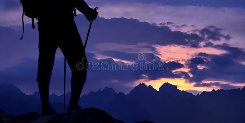 Paisagem de observação da montanha do caminhante fotos de stock