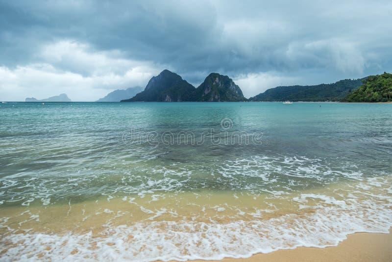 Paisagem de Palawan, EL Nido Ilhas do oceano e da rocha no fundo Céu tormentoso nebuloso após o taifun filipinas imagens de stock