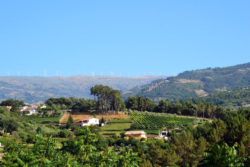 Paisagem de Portugal com turbinas eólicas foto de stock