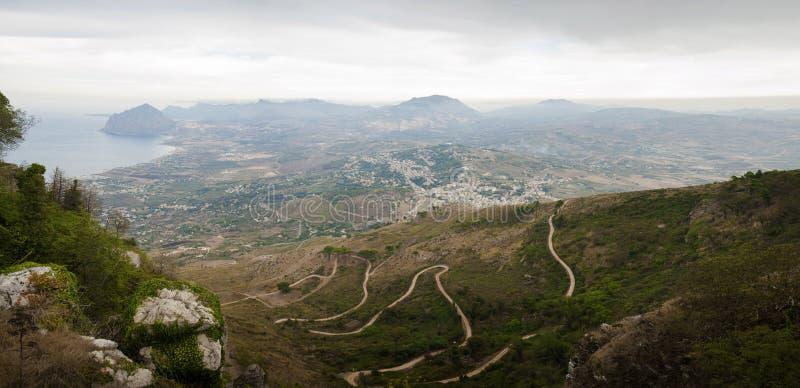 Paisagem de Sicília da estrada serpentina à cidade de Erice imagem de stock