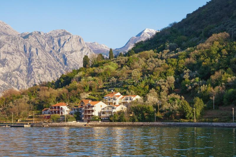 Paisagem de Sunny Mediterranean com as montanhas da vila de beira-mar, as cinzentas e as verdes montenegro imagens de stock royalty free