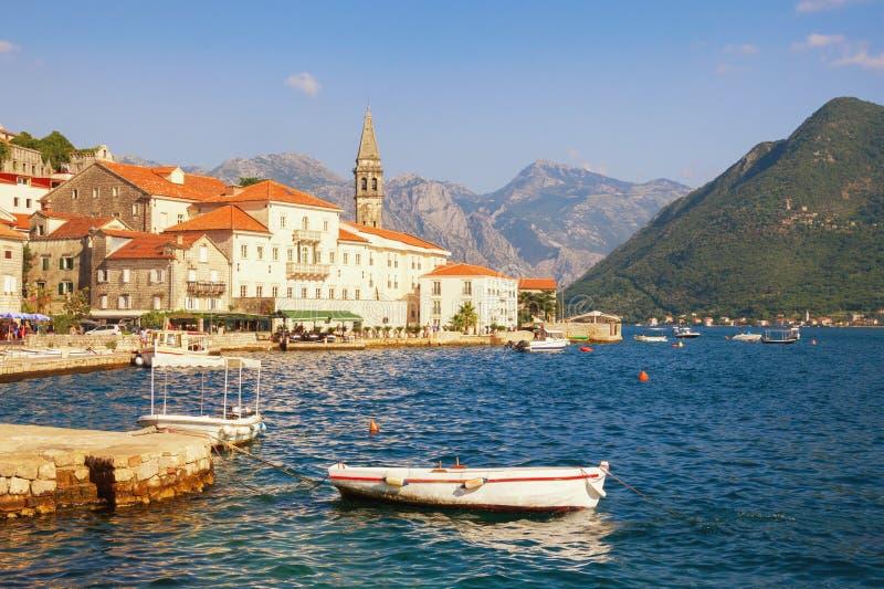Paisagem de Sunny Mediterranean Montenegro, baía de Kotor Vista da cidade antiga de Perast fotografia de stock