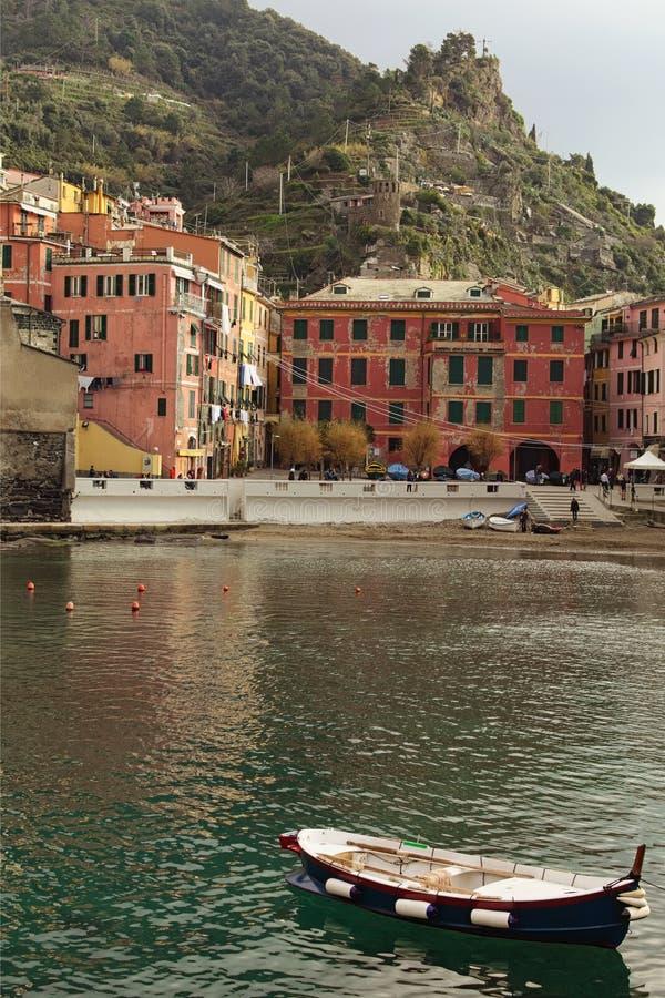 Paisagem de surpresa da cidade pequena Vernazza Destino tur?stico famoso do lugar e do curso em Europa foto de stock royalty free