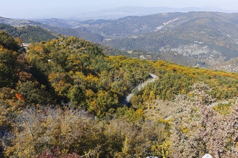 Paisagem de surpresa do outono da montanha de Ruen, Bulg?ria imagens de stock royalty free