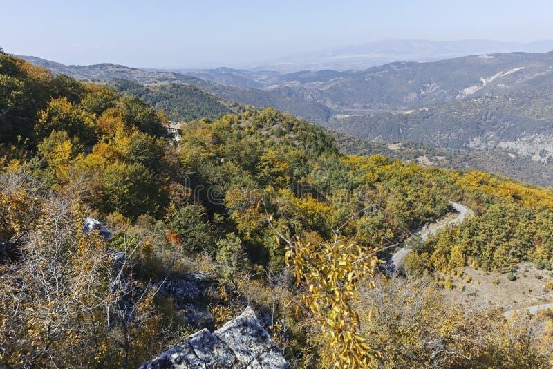 Paisagem de surpresa do outono da montanha de Ruen, Bulg?ria foto de stock royalty free