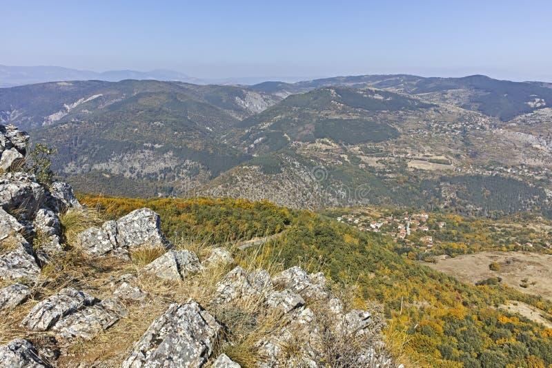 Paisagem de surpresa do outono da montanha de Ruen, Bulg?ria foto de stock