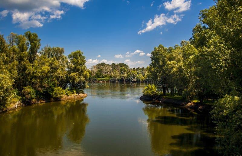 Paisagem de um lago no parque natural imagens de stock royalty free
